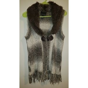 Faux fur collared vest with fringed bottom